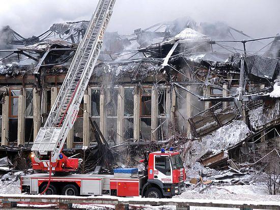 Пожарные почти сутки борятся с огнём