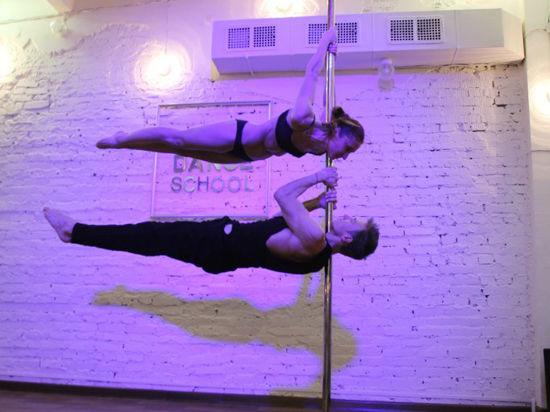 Первоначальное родство этой акробатической дисциплины со стриптизом теперь воспринимается не иначе как недоразумение
