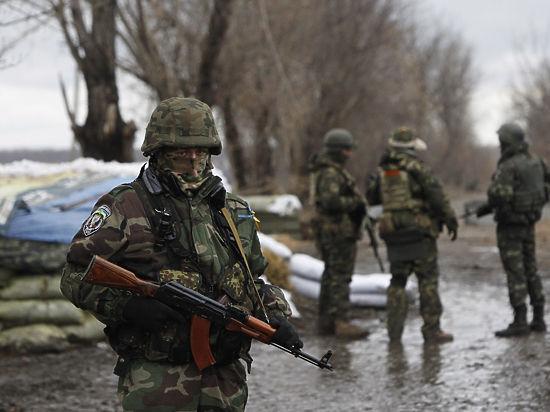 На Донбассе опять гибнут люди: снаряд попал в автобус под Донецком, десять погибших