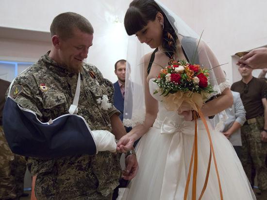 Первая свадьба в ДНР: ополченец Моторола женился на местной девушке
