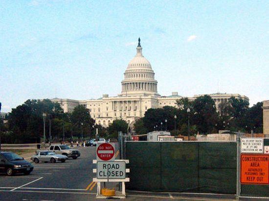 В США граждан бросивших бумагу в Белый дом обвинили в применении оружия