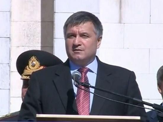 """""""Пусть насыпит себе на..."""": Аваков и Яценюк не намерены пропускать гуманитарный конвой"""