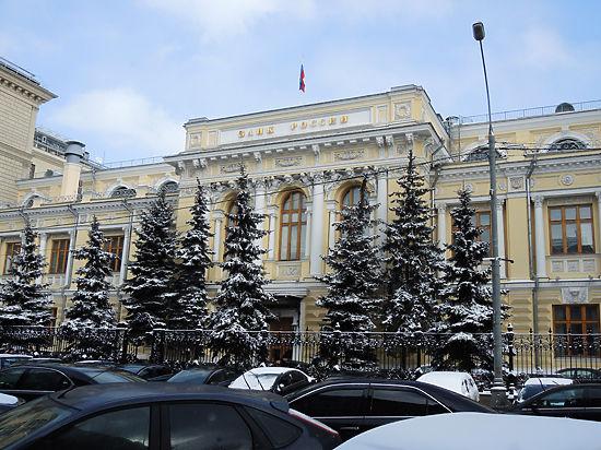 Рубль обновил рекорд падения на фоне повышения ЦБ ключевой ставки до 10,5%.