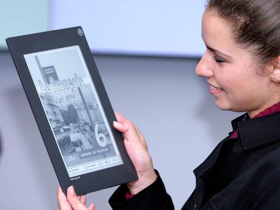 С 1 января 2015 года привычные бумажные учебники должны сопровождаться электронными