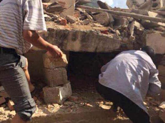 Разрушительное землетрясение потрясло Китай — погиб 381 человек