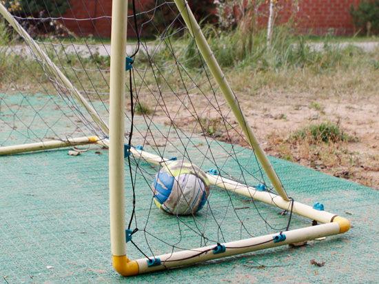 Подробности падения футбольных ворот на ребенка: болты не были закреплены