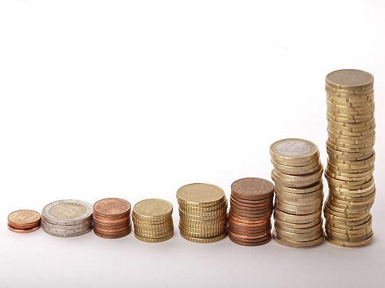 Евро уже выше 77 рублей, доллар – за 62