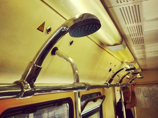 В вагоне московского метро установили душевые лейки