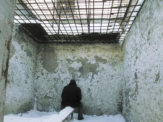 Заключенных, отстаивающих свои права в тюрьме, подвергают пыткам