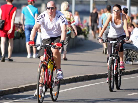 Московские велосипедисты попросили не поливать их водой