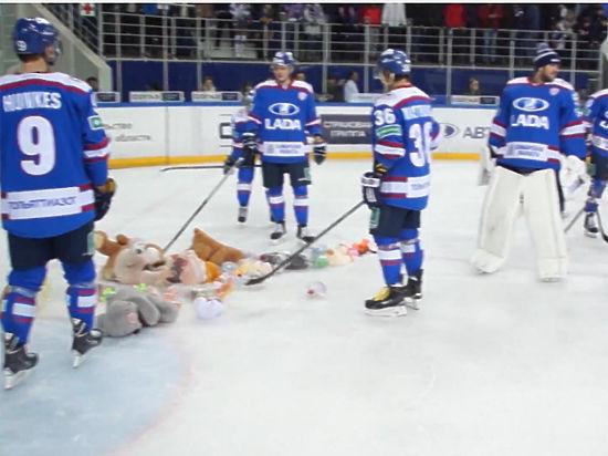 Хоккеисты «Авангарда» празднуют Новый год прямо на льду