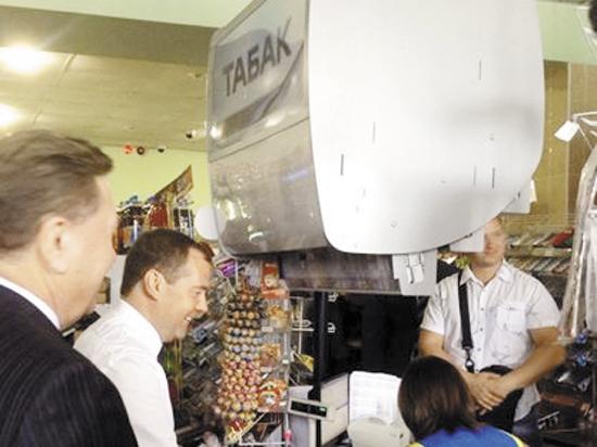 Медведев на шоппинге в Курске пофлиртовал с продавщицами сельмага и накупил для министров мороженого