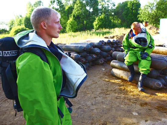 Спецназ МЧС разминирует реки и утилизирует отравляющие вещества