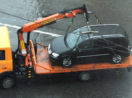 Эксперты комментируют законопроект о запрете платной эвакуации личных авто: «Цены на услуги — безбожные»
