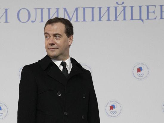 Дмитрий Медведев опробовал машину на спирту: «А пить его можно?»