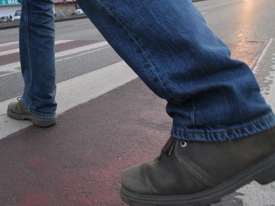 Пешеходы будут сверкать пятками ради безопасности