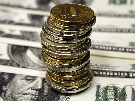 К вечеру пятницы российская валюта отыгрывала более 1,5 рубля у доллара и 2,5 рубля у евро