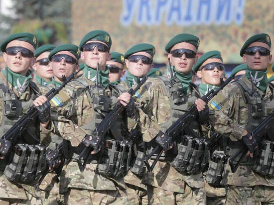 Порошенко провел военный парад в Киеве и запретил отмечать 23 февраля