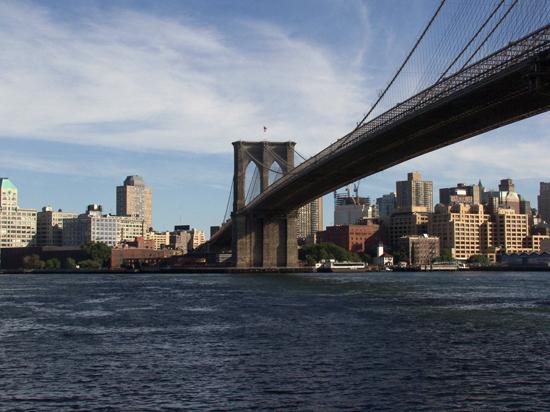 Над Бруклинским мостом в Нью-Йорке подняты белые флаги