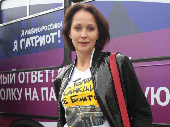 Во вторник на Пушкинской площади у памятника Пушкину остановился раскрашенный автобус с надписью «Мы патриоты»