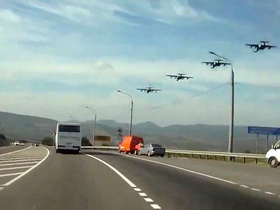 Су-25 сел на шоссе — летчики учатся воевать без аэродромов