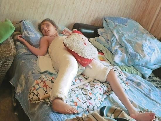 12-летние Ангелина и Кристина Афанасьевы с марта закованы в гипс