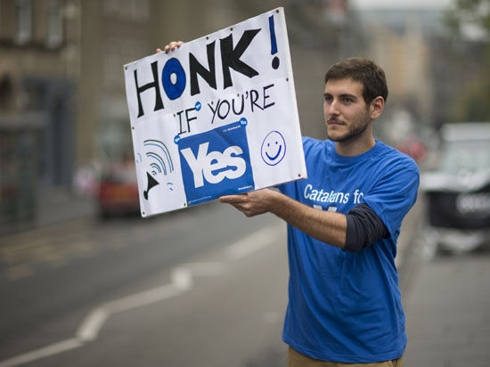 """Сторонники и противники независимости Шотландии вместе отмечают наступление """"судьбоносной ночи"""" - местные бары и рестораны забиты ликующими людьми до отказа"""