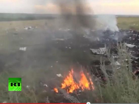 На месте катастрофы малайзийского «Боинга» загорелись вещи погибших