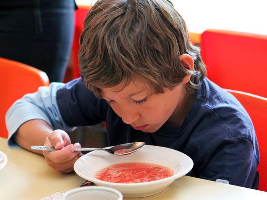 Старшеклассникам запретят трясти шевелюрой над обедом