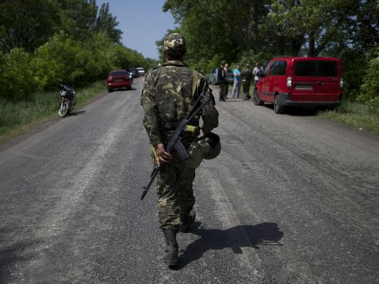 В Славянске мирные жители делают бронежилеты из телогреек и книг