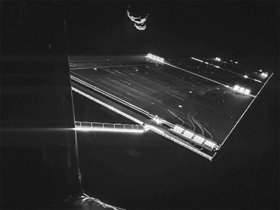 """Самое крутое selfie: зонд """"Розетта"""" снял себя на фоне кометы"""