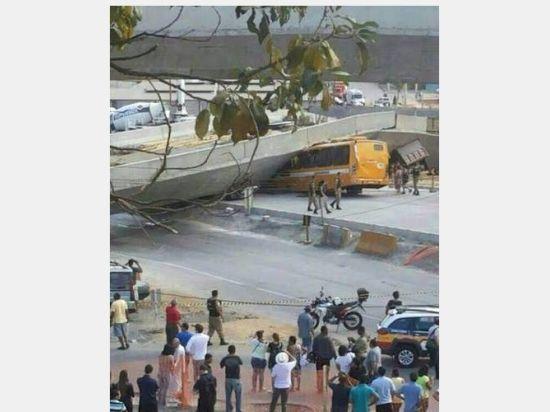 В городе проведения полуфинала ЧМ по футболу объявлен траур - эстакада рухнула на автобус