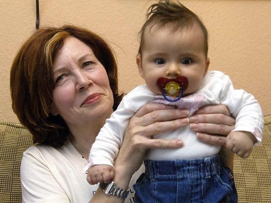 65-летняя мать 13 детей, беременная четверней, оказалась незамужней