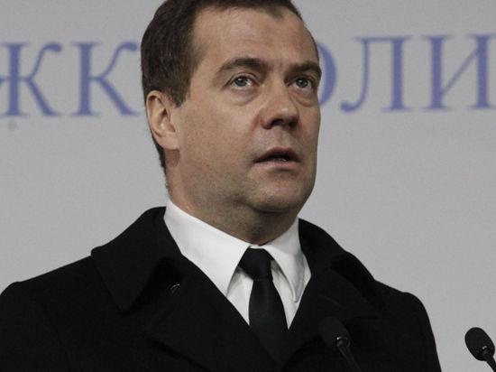 Медведев хочет запретить покупать чиновникам дорогую мебель и иномарки, собранные не в России