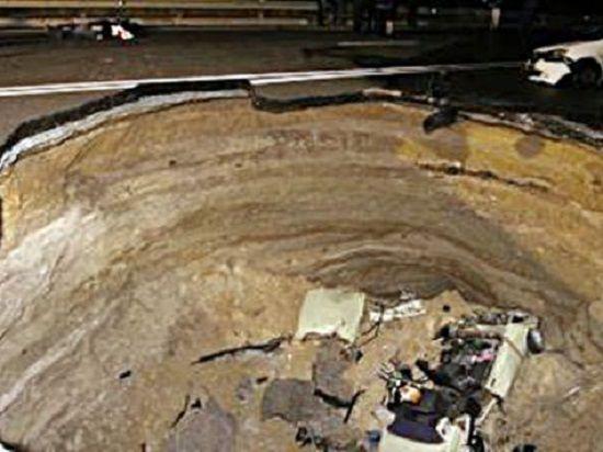 Автомобиль провалился в яму на трассе в Симферополе: шестеро погибших
