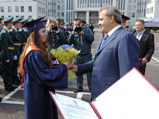 Полку спасателей прибыло: в Академии гражданской защиты вручили дипломы выпускникам