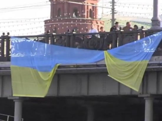 В Москве пятеро задержаны за попытку вывесить флаг Украины напротив Кремля