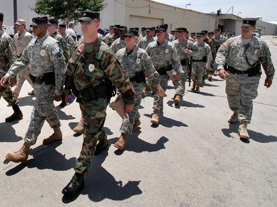 Власти США усмиряют бунтующих с помощью оружия: в Фергюсон прибыла Нацгвардия