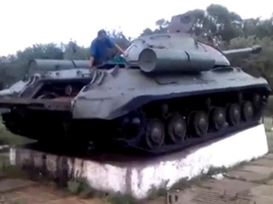Донецкие ополченцы разгромили украинский блокпост на танке-памятнике ИС-3