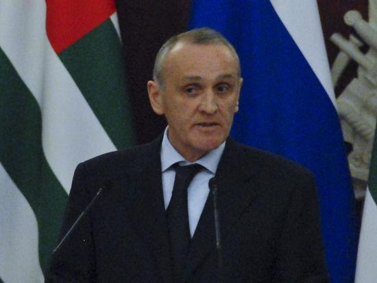 Ветераны Грузино-Абхазской войны штурмуют администрацию президента в Сухуме