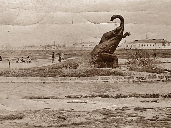 Сталинский динозавр по среди крымской степи вызвал огромный интерес у туристов и местных жителей