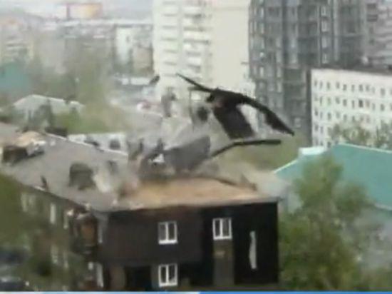 На Сахалин обрушился мощный ураган: срывало крыши, киоски, щиты
