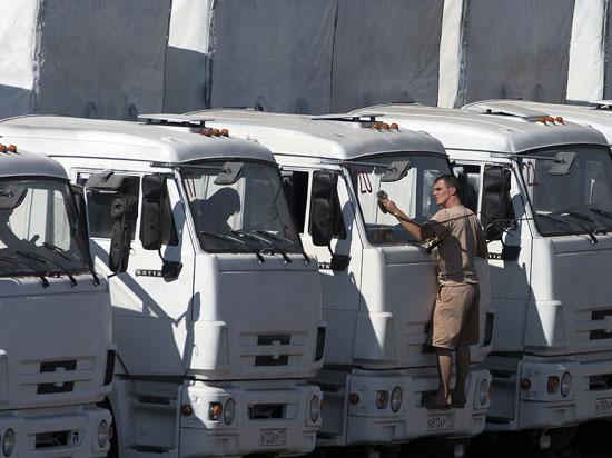 Российский конвой с гуманитарным грузом третий раз приближается к границе с Украиной