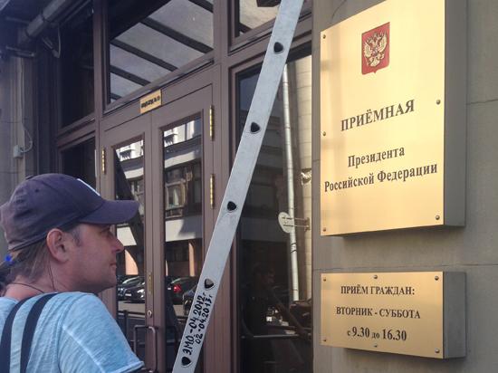 Наемный рабочий жалуется, что ему не заплатили за ремонт корпуса в Кремле