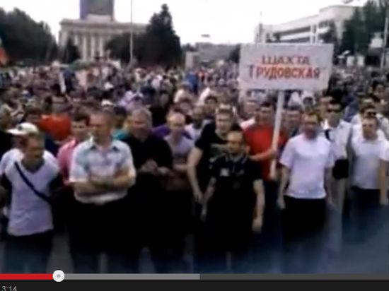 Шахтеры вышли на митинг в Донецке. По городу ездят БТР и