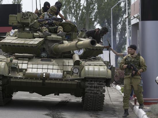 Вдоль границы Украины с Крымом углубляют траншеи и подгоняют танки