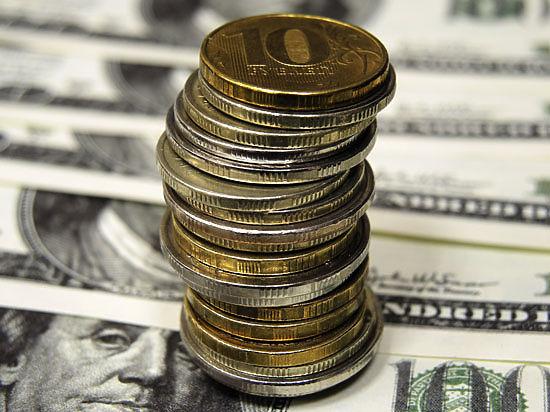 Рубль поднялся до двухнедельного максимума к доллару и евро
