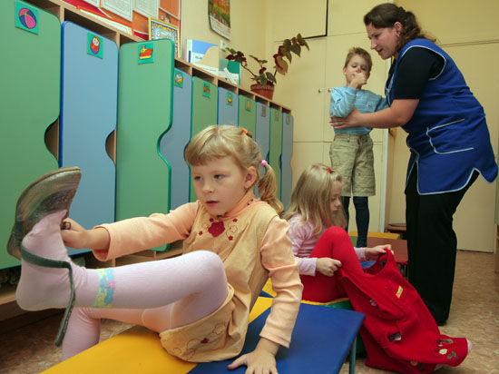 Через 5 – 7 лет дошкольников в России некому будет воспитывать