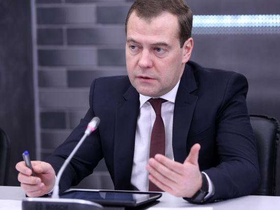 Медведев предложил регионам заменить непопулярный налог с продаж собственными сборами