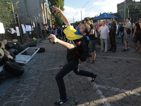 В Киеве снова беспорядки: пикетчики закидали камнями консульский отдел посольства России